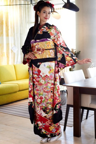 黒地に艶やか古典花と貝桶柄の豪華振袖【MKK-018】の衣装画像1