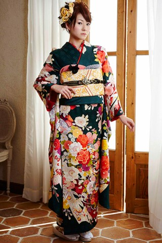 深緑地に愛らしい宝尽くしと和花柄の古典振袖【MK-105】の衣装画像1