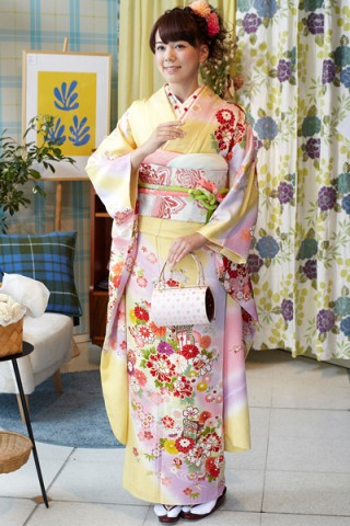 黄色地に和花と御所車文様振袖【MKK-008】の衣装画像1