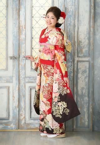 鮮やかな赤色×花柄の定番スタイル