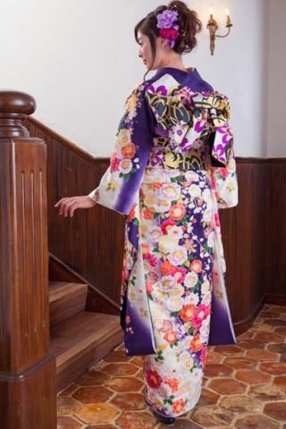 白×紺紫に艶やか花車振袖 【MKK-28011】の衣装画像2