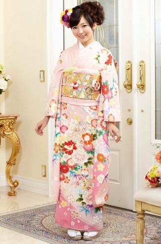 ピンク地に和花と流水柄振袖 【MKK-2912】の衣装画像1