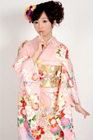 ピンク地に和花と流水柄振袖 【MKK-2912】の衣装画像2