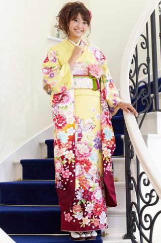 淡いイエローにカラフルな花と蝶のモダン柄振袖 【MKK-28002】の衣装画像1