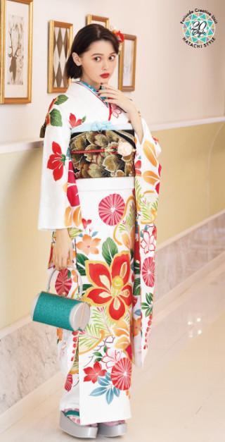 玉城ティナ 2020年新春発表 最新ふりそでの衣装画像2