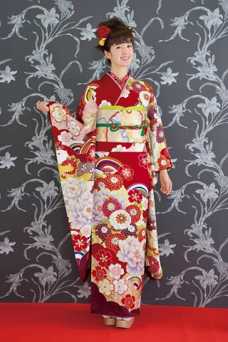 菊の花と波模様が個性的な赤のお振袖【Shine 110】の衣装画像1