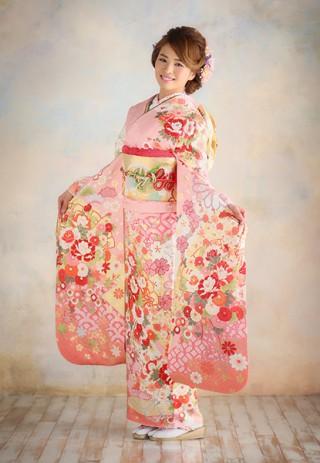 キュートなピンクの振袖の衣装画像1